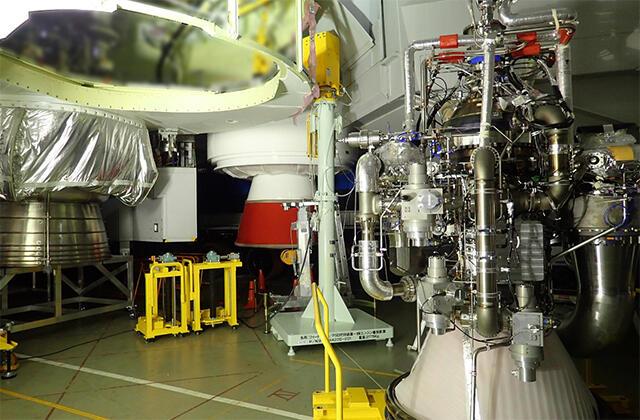 ターボポンプ取外しのためのLE-9エンジン取外し作業