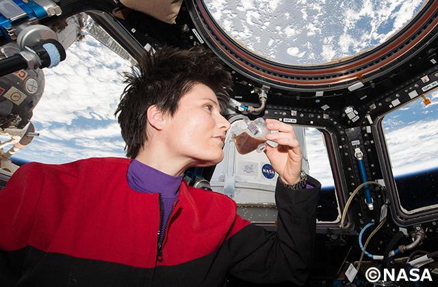 宇宙でコーヒーブレイク!スペースカップと流体実験
