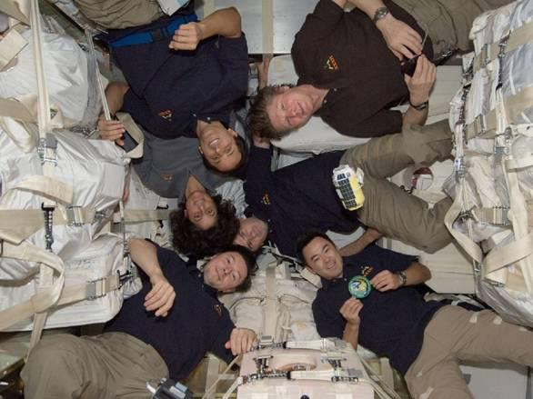 こうのとり3号機で運ばれてきた荷物の前で記念写真。星出宇宙飛行士が参加した第32次長期滞在での一コマ(提供:JAXA/NASA)