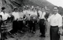 写真は内之浦の人々と、糸川英夫教授 撮影:牧工(写真家)