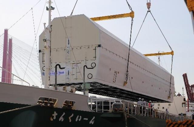 船に積み込まれる1段機体